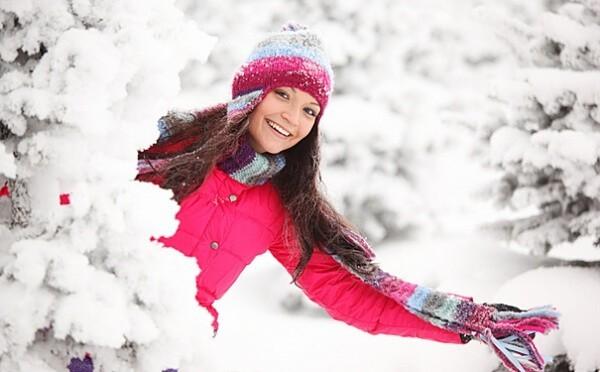 выбрать пуховик для женщины на зиму, девушка в пуховике на природе