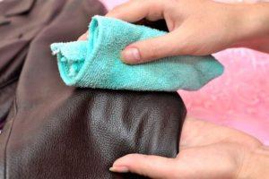 На фото удаление пятна на эко-кожаной куртке мягкой тканью