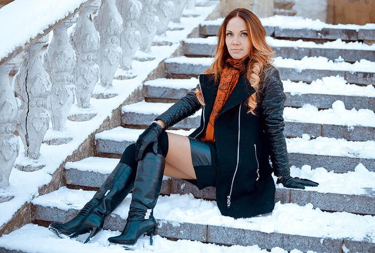 девушка в зимних сапогах на улице