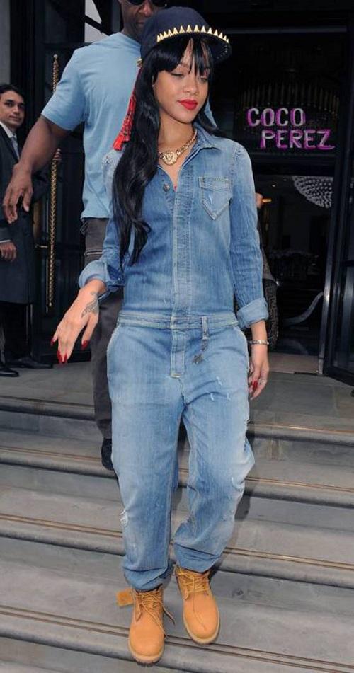 Как и с чем носить джинсовый комбинезон